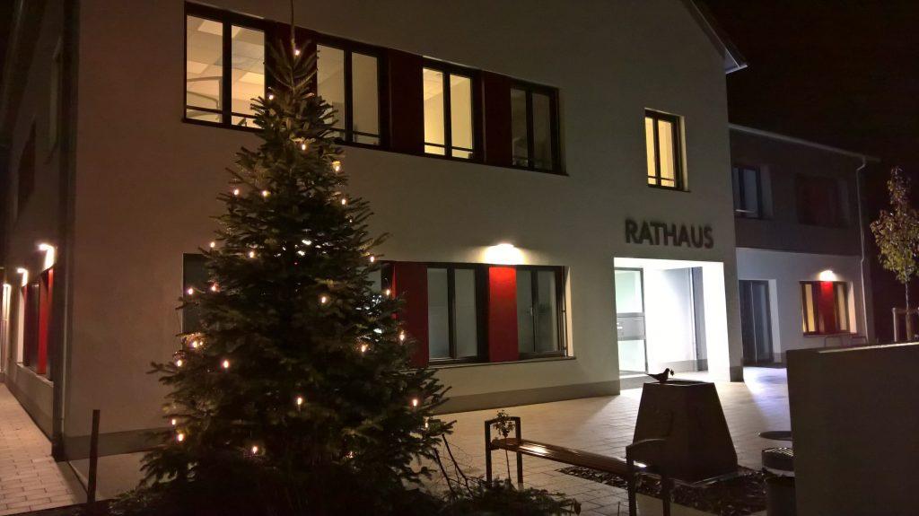 Weihnachtsbaum vor dem neuen Rathaus